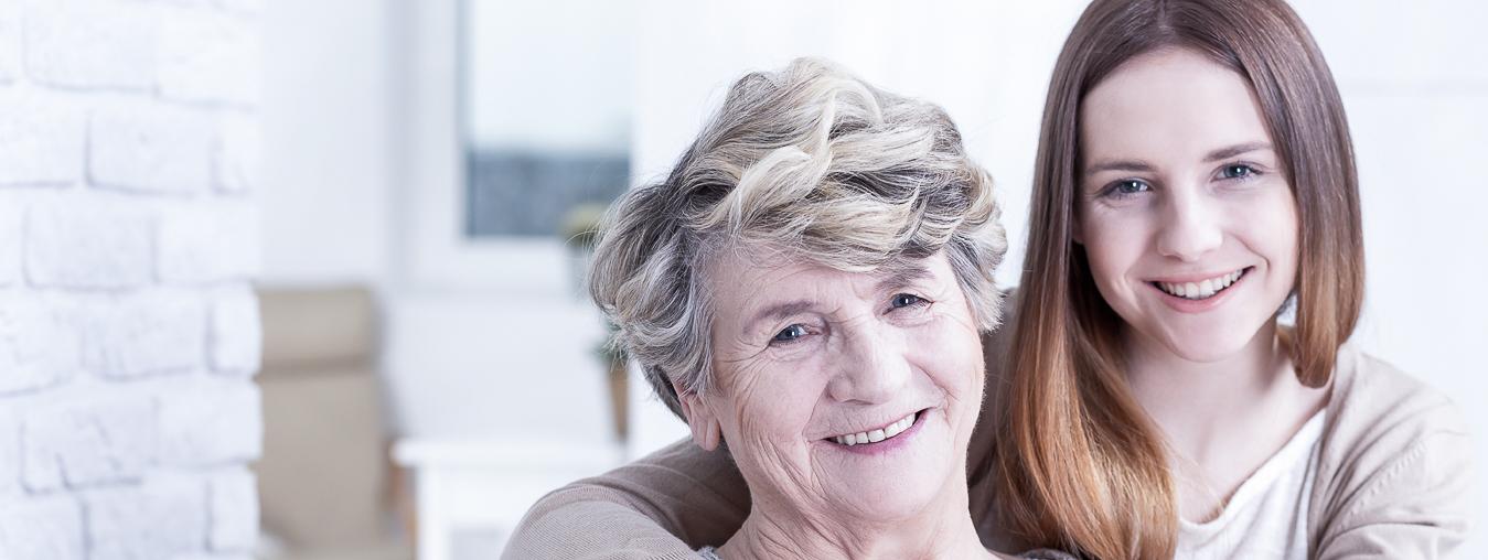 Une grand-mère et sa petite fille souriantes, de face - legs, donation, assurance vie