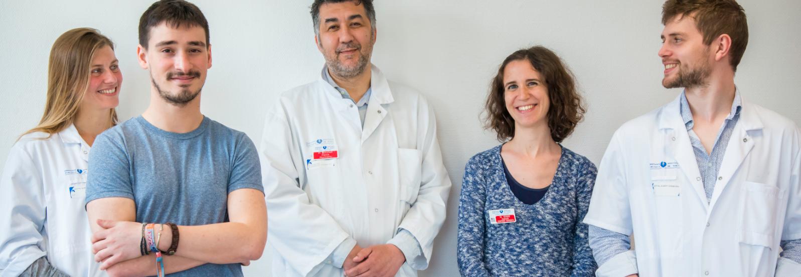 Equipe de médecins, format vertical, crédit Tijana Feterman