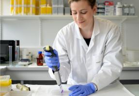 Laboratoire de recherche, une chercheuse, crédit Tijana Feterman