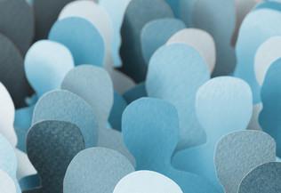 une foule de formes humaines en papier découpé
