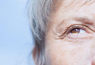 L'oeil d'une personne aux cheveux gris, regardant vers le haut - donation