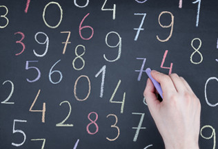 Les chiffres clés sur les maladies mentales - chiffres tracés à la craie sur un tableau par une main d'adulte