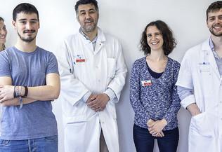 Cinq personnes faisant partie du personnel d'un hôpital de face, souriantes - objectif