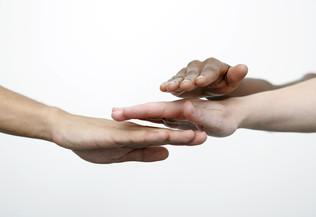 Ensemble, main dans la main. Solidarité. ISF. Aide.