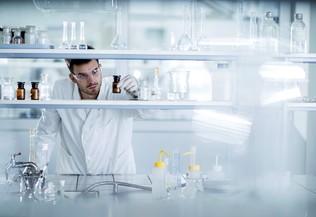 Chercheur dans un labo, crédit istock BraunS