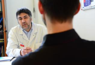 Consultation médicale deux hommes, Tijana Feterman