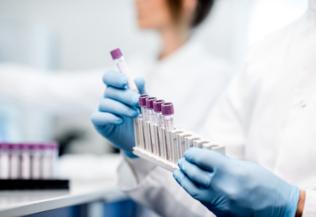 Recherche, manipulation tubes à essais, IStock format normal